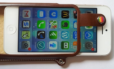 LIM'SケースにiPhone挿入